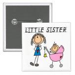 Pequeña hermana con las camisetas grandes del SIS Pins