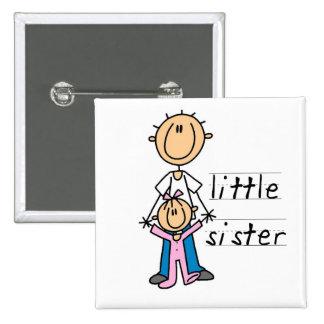 Pequeña hermana con las camisetas y los regalos de pins