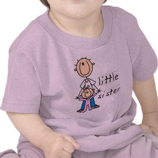 Pequeña hermana con las camisetas y los regalos de
