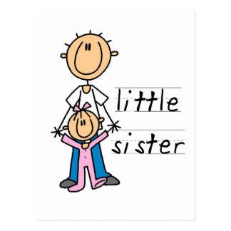 Pequeña hermana con las camisetas y los regalos de postales