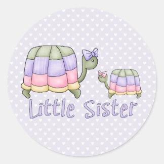 Pequeña hermana de las tortugas en colores pastel pegatina redonda
