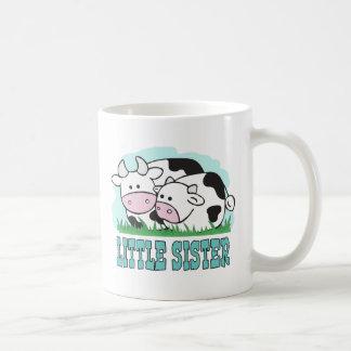 Pequeña hermana de las vacas lindas taza