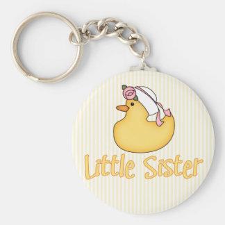 Pequeña hermana del pato amarillo llavero redondo tipo pin