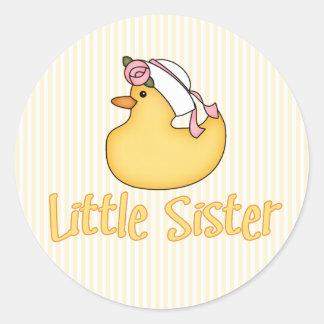 Pequeña hermana del pato amarillo pegatina redonda