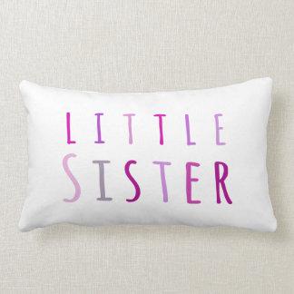Pequeña hermana en rosa cojin