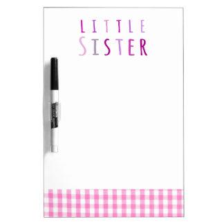 Pequeña hermana en rosa pizarras blancas de calidad