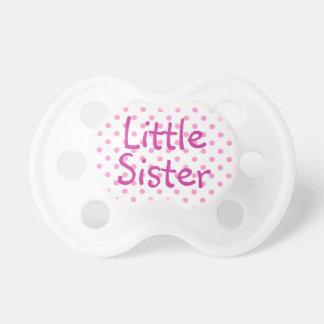 Pequeña hermana y lunar blanco chupete de bebé