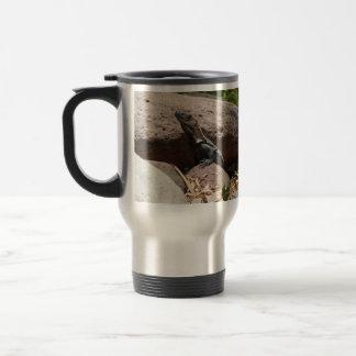 Pequeña iguana en las rocas; Ningún texto Taza De Café