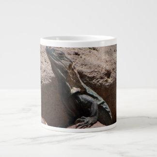 Pequeña iguana en las rocas; Ningún texto Taza De Café Gigante