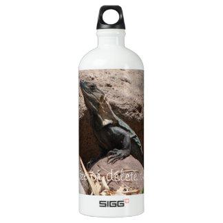 Pequeña iguana en las rocas; Personalizable Botella De Agua