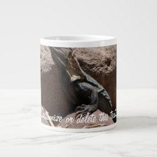Pequeña iguana en las rocas; Personalizable Taza De Café Grande