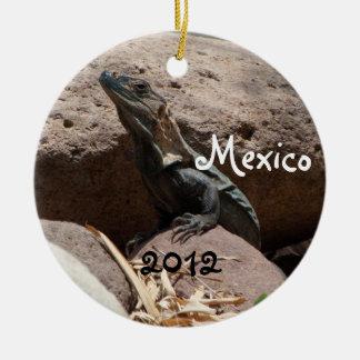 Pequeña iguana en las rocas; Recuerdo de México Adorno Navideño Redondo De Cerámica