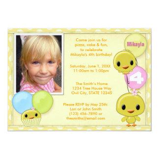Pequeña invitación amarilla del cumpleaños del
