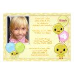 Pequeña invitación amarilla del cumpleaños del pol