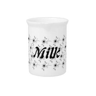 Pequeña jarra floral de la leche