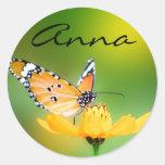 Pequeña mariposa bonita que se sienta en una flor etiquetas