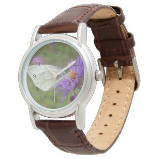 Pequeña mariposa del blanco de col relojes