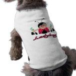 pequeña mariquita linda de la señora con las flore camisas de perritos
