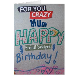 Pequeña momia feliz del cumpleaños del presupuesto tarjeta de felicitación