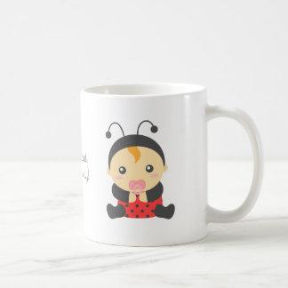 Pequeña niña linda de la mariquita taza básica blanca