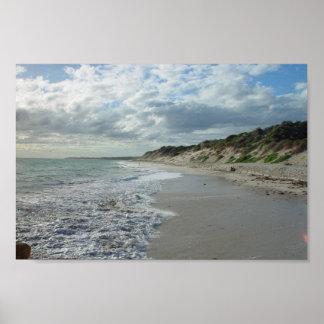 Pequeña onda que espumejea en la playa de Wanneroo Posters