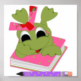 Pequeña rana con el libro y el lápiz posters
