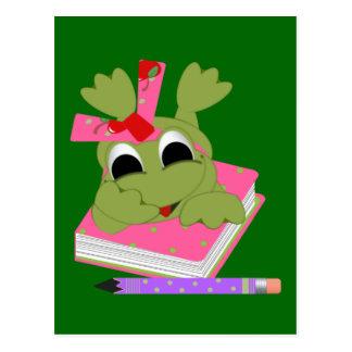 Pequeña rana con el libro y el lápiz tarjeta postal