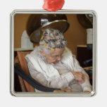 Pequeña señora mayor que duerme debajo del secador ornamentos para reyes magos