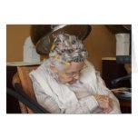 Pequeña señora mayor que duerme debajo del secador tarjetas