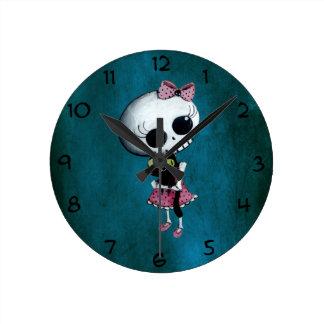 Pequeña Srta. Death - belleza de Halloween Reloj Redondo Mediano