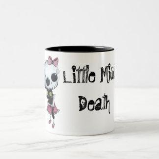 Pequeña Srta. Death con el gato negro Taza De Dos Tonos