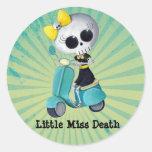 Pequeña Srta. Death en la vespa Pegatina Redonda