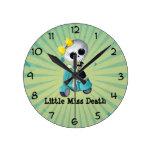 Pequeña Srta. Death en la vespa Relojes De Pared