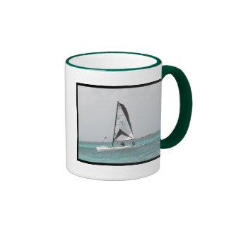 Pequeña taza de café del velero del catamarán