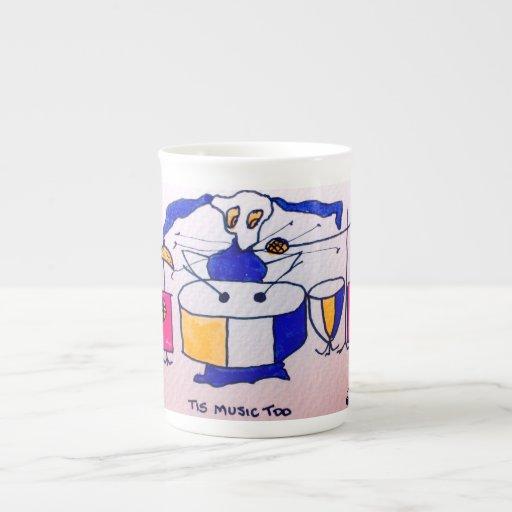 Pequeña taza de la porcelana de hueso que muestra  taza de porcelana