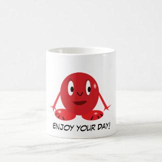 Pequeña taza roja linda del monstruo de la bola