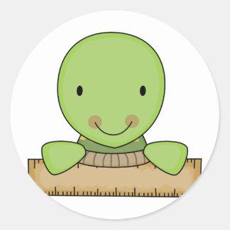 pequeña tortuga de la escuela de la regla pegatina redonda
