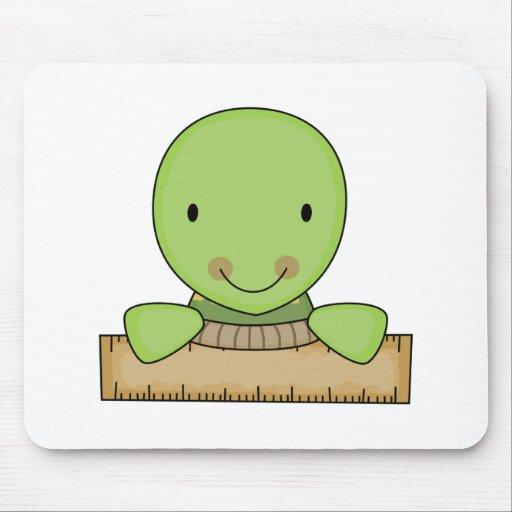 pequeña tortuga de la escuela de la regla alfombrillas de raton