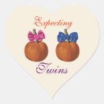 Pequeñas calabazas que cuentan con a gemelos pegatina de corazón personalizadas
