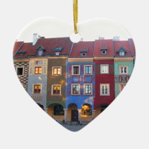 Pequeñas casas medievales coloridas de Poznán Ornatos