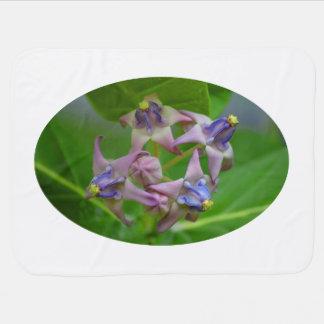 pequeñas flores púrpuras contra las hojas verdes mantas de bebé