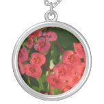 pequeñas flores rojas con la imagen del rocío pendiente personalizado