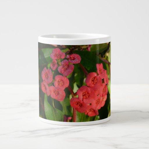 pequeñas flores rojas con la imagen del rocío taza grande