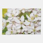 Pequeñas flores salvajes blancas toalla de cocina
