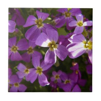 Pequeñas flores violetas teja cerámica