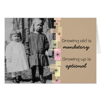 Pequeñas hermanas del vintage que crecen la tarjeta pequeña