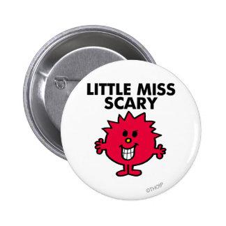 Pequeñas letras negras de Srta. Scary el | Pin Redondo De 2 Pulgadas