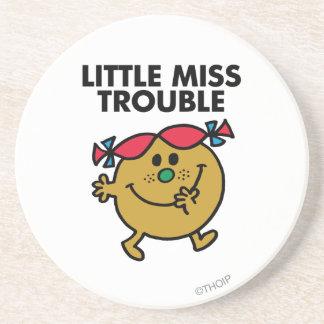 Pequeñas letras negras de Srta. Trouble el | Posavasos Para Bebidas