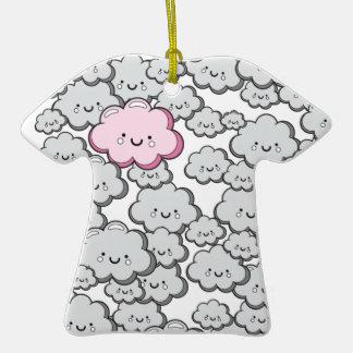 Pequeñas nubes grises adorno de cerámica en forma de camiseta