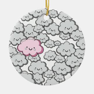 Pequeñas nubes grises adorno redondo de cerámica